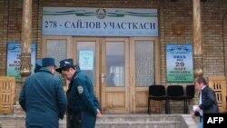 Өзбекстандын тартип сакчылары шайлоо участкасынын жанында.