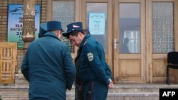 Uzbekistan -- Uzbek police officers stand guard near a polling station in Tashkent, March 29, 2015