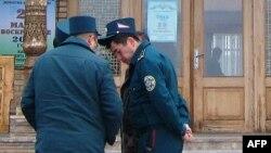 Сотрудники ташкентской милиции.