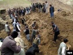 Абе Барик ауылының тұрғындары көшкін астында қалған туыстарын іздеп жатыр. Ауғанстан, 4 мамыр 2014 жыл.