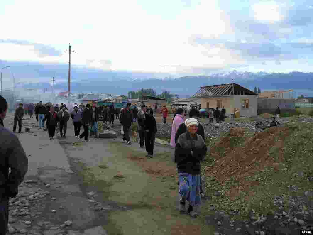 Суд нашел, что эти люди, приехавшие в Алматы в поисках пропитания, незаконно построили в поселке Шанырак десятки домов.