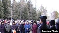 Черемшан құс фабрикасының жұмысшылары еңбекақыларын талап етіп тұр. Шығыс Қазақстан облысы, 15 қараша 2010 жыл.