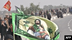Shi'ite pilgrims walk from Baghdad Karbala