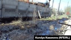 Участок земли, загрязненный утечкой нефти. Актобе, 6 мая 2011 года.