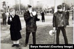 Яўген Скочка (у цэнтры) на мітынгу ў Менску разам з Віктарам Жагунем і Ўладзем Лабковічам. 1998 год