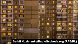 Ferestrele luminate ale unor apartamente din Kiev, pe 25 martie când carantina totală obliga locuitorii să stea în casă. (Serhii Nuzhnenko, RFE/RL)