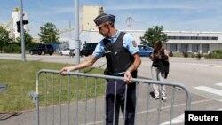 Policija osigurava fabriku gasa kod Lyona u kojoj se desio napad, 26. jun 2015.