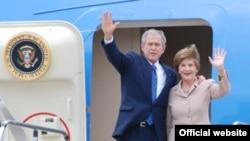 Presidenti George Bush dhe zonja e parë Laura Bush arrijnë në Kroaci
