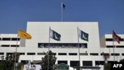 Pakistan -- Pakistani officials and media personnel gather outside the parliament house building in Islamabad, April 10, 2015