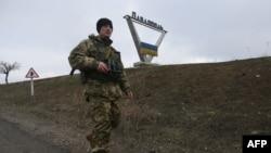 (архівне фото) Український військовий патрулює на околиці Павлополя, який зазнав обстрілу нині