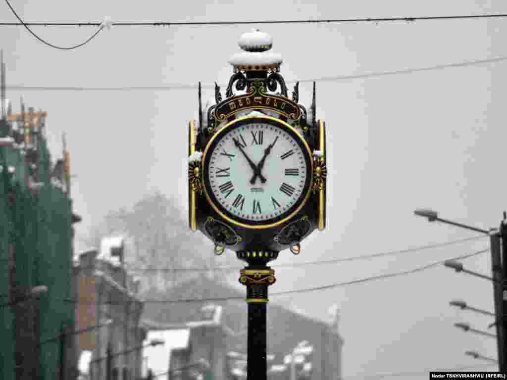 """თოვის """"მრიცხველი"""" - უჩვეულოდ უნალექო და თბილი ზამთრის ბოლოს საქართველოში თოვლი მოვიდა. მეორე დღეა უკვე თბილისშიც თოვს."""
