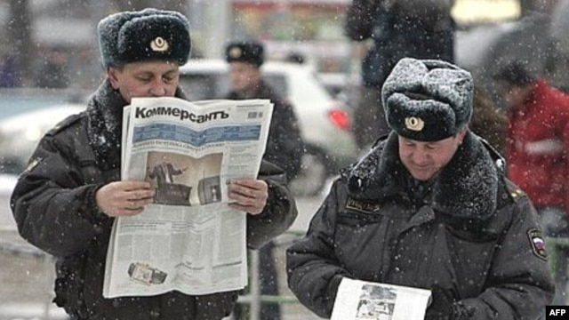 Russian police officers read newspapers on the street in central Moscow. (file photo)