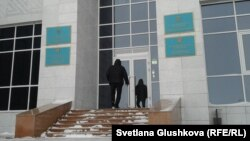 У здания суда в Астане.