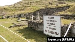 Майданчик, де були розташовані колони на території античного Пантікапея, Керч, 13 лютого 2019 року