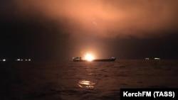 Вид на горящий танкер в Черном море, 21 января 2019 года