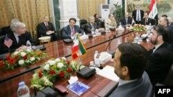 ایران و آمریکا تاکنون درباره مسائل امنیتی عراق با یکدیگر دو دور مذاکره داشته اند.