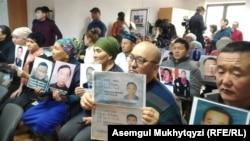Родственники этнических казахов, которые, как сообщается, находятся в лагерях перевоспитания в Китае. Нур-Султан, 27 ноября 2019 года.