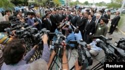 Пакистанские адвокаты выступают перед репортерами после акции протеста в связи с совершенной днем ранее атакой смертника у больницы в городе Кветта. Исламабад, 9 августа 2016 года.