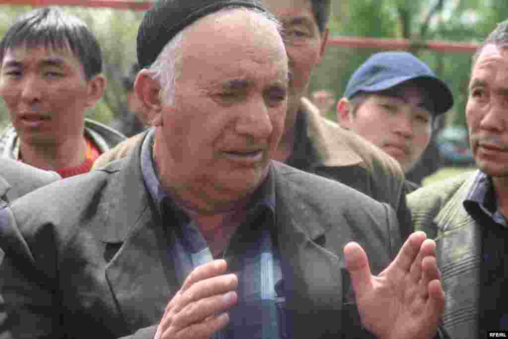 """Эл алдына келген күрт улутунун өкүлдөрү """"туулуп өскөн жерибиз ушул, кайсыл жакка кетмек элек"""", -деп кайрылышты. - Kyrgyzstan -- Kyrgyz Lawmakers to Discuss the Cause of the Inter-Ethnic Tensions in the Town of Petrovka,30april2009"""