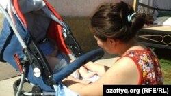 Молодая женщина с ребенком в шымкентском Доме мамы. 22 августа 2014 года.