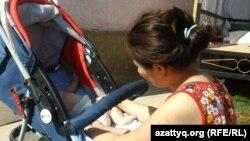 Женщина с ребенком в шымкентском кризисном центре.