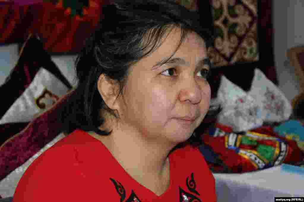 Мастер Эльмира Омаркызы изготавливает приданное для невест, она сама инвалид по состоянию здоровья.