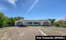 Здание акимата в селе Кызылсуат. Акмолинская область, 10 июня 2020 года.
