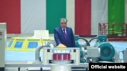 ПрезидентЭмомали Раҳмон рамзий тугмани босиши билан гидроиншоот ишига старт берилди.