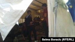 Pod šatorom ispred zgrade OHR-a