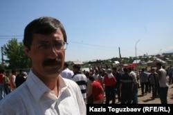 Директор Казахстанского бюро по правам человека Евгений Жовтис на месте Шаныракских событий. Алматы, 14 июля 2006 года.