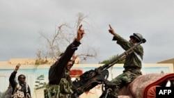 Повстанцы в порту Рас-Лануф празднуют установление контроля над этим городом