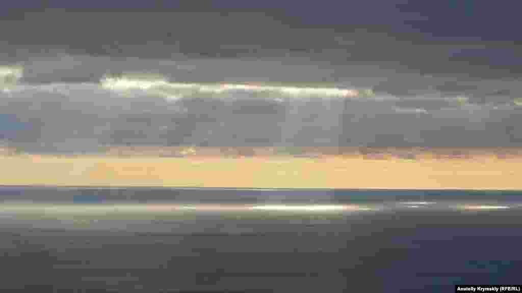 Сонячні промені «пропалюють» свинцеві хмари. Більше фотографій Нікітської розколини –у фотогалереї