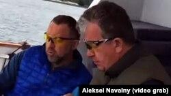 Milyarder Oleq Deripaska (solda) və Rusiya baş nazirinin müavini Sergey Prixodko yaxtada (videodan kadr)
