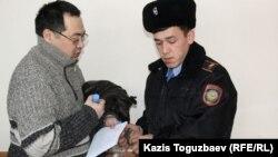 Ермек Нарымбаев (сол жақта) сотта тұр. Алматы, 20 қаңтар 2016 жыл.