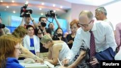 Исполняющий обязанности премьер-министра Украины Арсений Яценюк на избирательном участке. Киев, 25 мая 2014 года.
