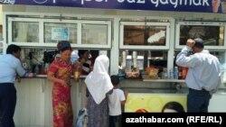 Покупатели рядом с торговой точкой в Туркменистане.