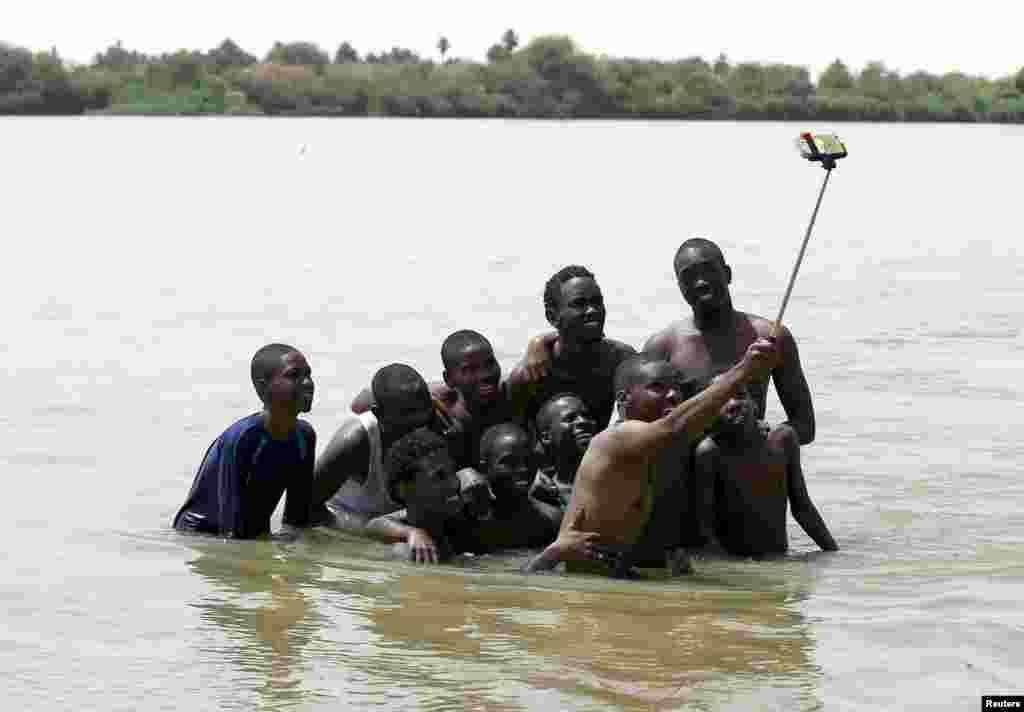 Sudanlı gənclər isti havada istirahət edirlər. Selfie də öz yerində...