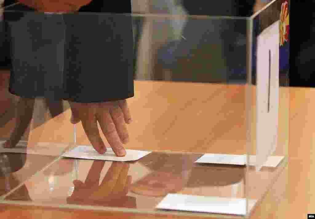 МАКЕДОНИЈА - Во моментов ДИК не работи, предвремени избори се можни, можен е и референдум. Најопасната работа е што ДИК не е формирана, а се најавува референдум. Се поставува прашањето кој го прочистува списокот кој е клучен елемент за референдумот. Така што најголемиот проблем го гледам тука, изјави поранешниот член и претседател на ДИК Александар Новаковски.