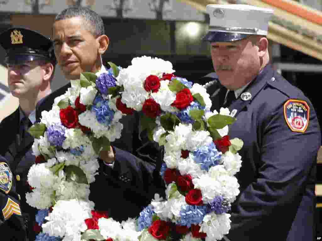Президент США Барак Обама у четвер відвідав місце теракту 11 вересня 2001 року в Нью-Йорку. Він поклав вінок на місці, де стояли вежі Всесвітнього торгового центру, і зустрівся з родичами загиблих, 5 травня. Photo by Charles Dharapak for AP