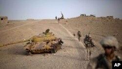 آرشیف، شماری از سربازان امریکایی در حال گشت زنی در ولسوالی کجکی ولایت هلمند