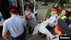 Полицейские задерживают мужчину на месте, которое движение ДВК указало как площадку для проведения протеста. Алматы, 6 июля 2019 года.