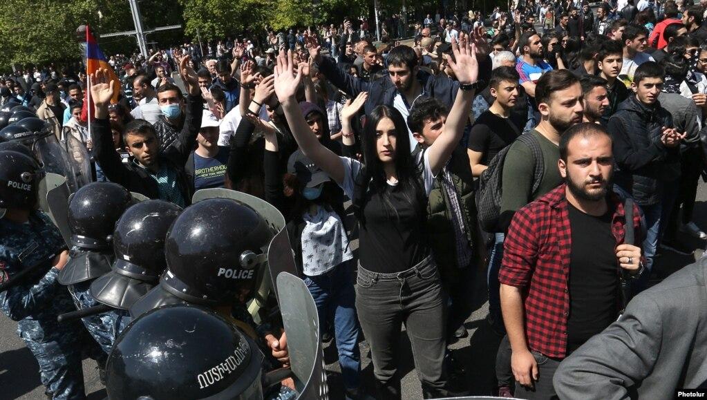 «Ми прийшли сюди, щоб відновити цю картину, коли Серж Сарґсян буде дивитися на Вірменію крізь колючий дріт», – заявив Пашинян, попрямувавши разом із прихильниками далі