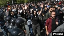 Полиция Еревандагы митинг ордосуна айланган Франция аянтындагы элди кармай баштады.