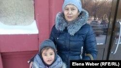 Гүлжаз Әбжамалова баласымен бірге тұр. Қарағанды, 21 қаңтар 2015 жыл.