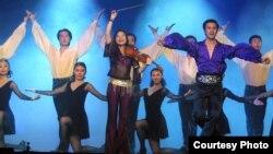 Танцевальная группа из Китая и этнический казах в ее составе Фархат Бимаш (в синей рубашке).