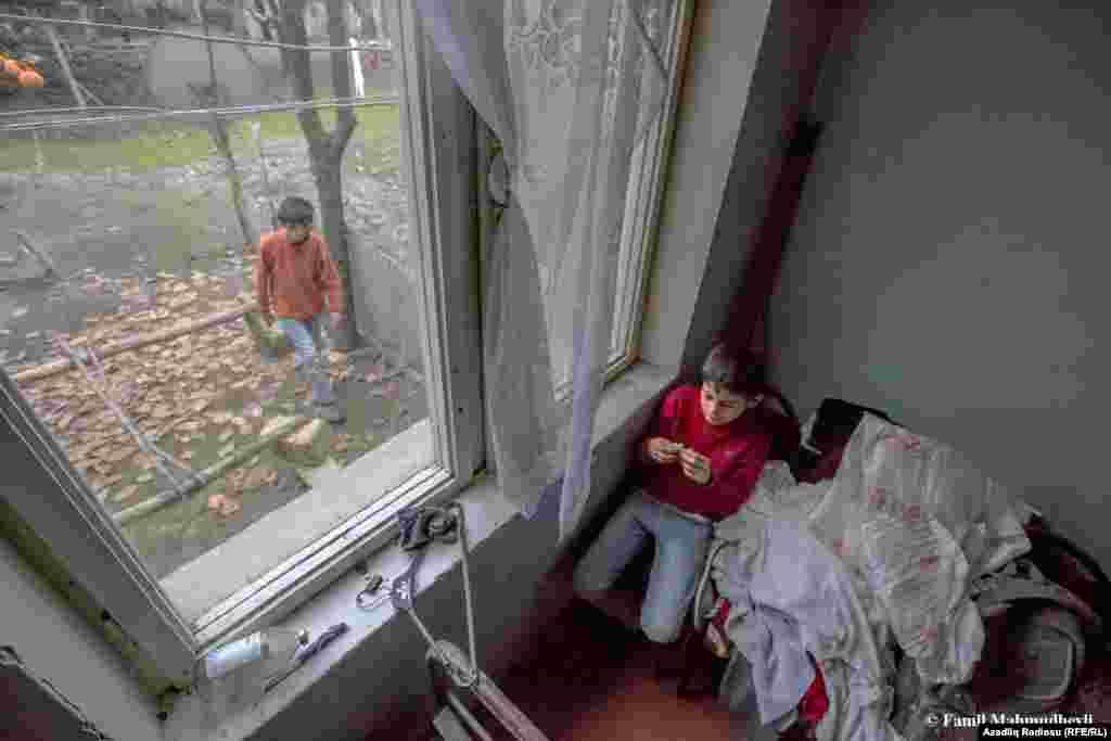 Yaxın qonşular evlərinə zərər dəymiş sakinlərin uşaqlarına yardım edərək müvəqqəti evlərində məskunlaşdırıblar.