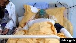 Инвалид Карабахской войны Заур Гасанов в больнице после акта самосожжения, совершенного 25 декабря 2013 Архивное фото.