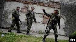 Проросійські бойовики охороняють свою базу в покинутому шпиталі в селі Семенівка, 27 травня 2014 року
