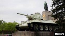 Радянський танк побіля Бранденбурзьких воріт у Берліні