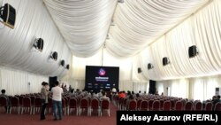 Большой шатер в южной части парка «Коктобе», в котором проходили показы конкурсных и внеконкурсных работ фестиваля. Алматы, 17 сентября 2016 года.